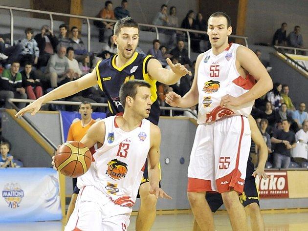 Basketbalisté Lions v posledním kole MNBL prohráli s Opavou. Na snímku s míčem Matej Venta, vpravo Tomáš Vošlajer.
