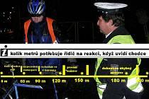 Na bezpečný vyhýbací manévr potřebuje řidič asi 200 metrů, včas uvidí pouze postavu s reflexními prvky.