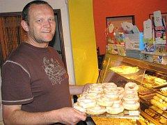 Vladimír Novotný ze Slavonic se v cukrárně cítí jako ryba ve vodě.