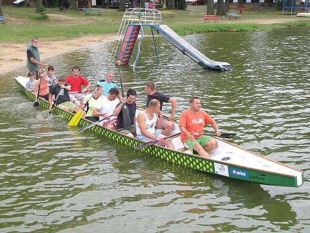 Třeboňští kapři trénují na dračích lodích na rybníku Svět.
