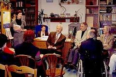 Vedoucí třeboňské městské knihovny Vlasta Petrová (na snímku vlevo) představila výtvarníka Petra Ettlera (uprostřed) a spisovatele Jan Nouzu (na snímku vpravo).