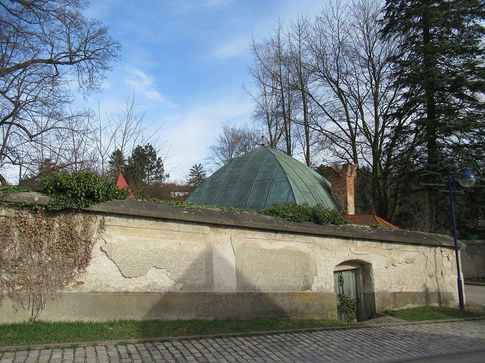 Empírová vila sloužila jako tiskárna rodiny Landfrasů. Do dnešní podoby ji v roce 1827 přestavěl architekt Josef Schaffer. Severní křídlo přistavěl architekt Antonín Mečíř v roce 1937.
