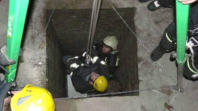 Profesionální hasiči ve středu cvičili vyproštění osoby pomocí lezecké techniky na zámku v J. Hradci. To ještě netušili, že je za chvíli čeká smutný zásah naostro u K. Řečice.