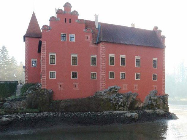 Letos na jaře rybáři kolem zámku Červená Lhota slovili rybí obsádku.