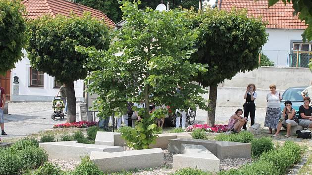 Vzpomínka na oběti šoa u hradeckého židovského památníku.