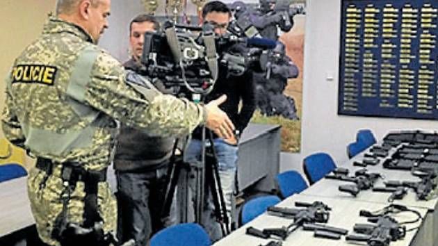 DO ARZENÁLU jihočeské policie přibyly i nové zbraně. Také výkonnější přístroj pro analýzy vzorků DNA. Sekvenátor za 5,5 milionu Kč zpracuje dvakrát více materiálu.