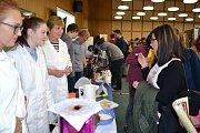 Při Burze škol v prostorách VŠE si zájemci mohli prohlédnout ukázky různých vzdělávacích institucí.
