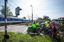STOP. Za Ševětínem musel peloton počkat až projede vlak.