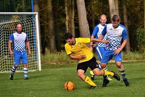 Fotbalisté Studené (v modrých dresech) na domácím trávníku porazili Neplachov 4:1.