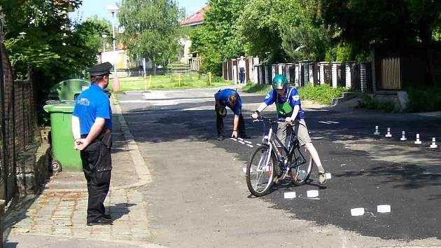 V roli rozhodčích při jízdě zručnosti jsou třeboňští strážníci.