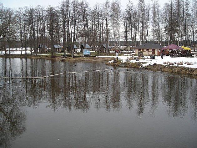 Víkendový pohled na řeku Lužnici ve stejnojmenné obci pod rybníkem Rožmberk.