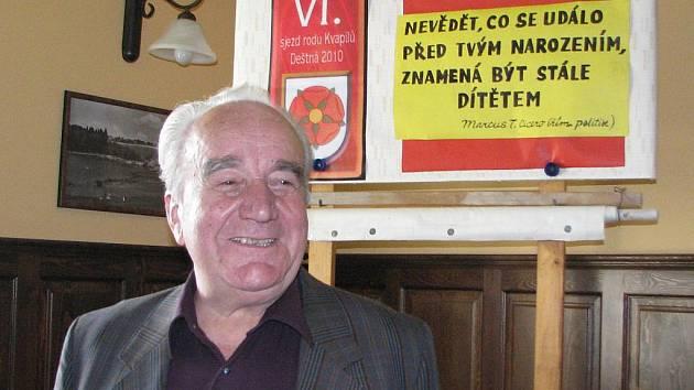 Setkání rodu kvapilů v Deštné. František Kvapil vyprávěl při setkání dějiny svého rodu.