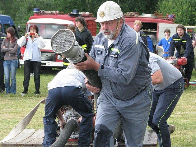 Mirochovští hasiči při útoku.