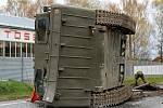 U Jarošova vypadl z podvalu vojenský obojživelný transportér.
