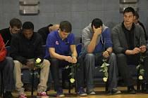 Pietní akt v jindřichohradecké sportovní hale, kde se lidé loučili s třemi tragicky zesnulými basketbalisty.