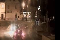 Záběr z městské kamery v J. Hradci na nebezpečné chování řidiče, který 4. prosince ve 20.22 hod. ohrozil na nábřeží chodce na přechodu a řidičku protijedoucího auta.
