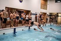 Hradecký bazén hostil týmovou soutěž Velikonoční plavecké štafety.