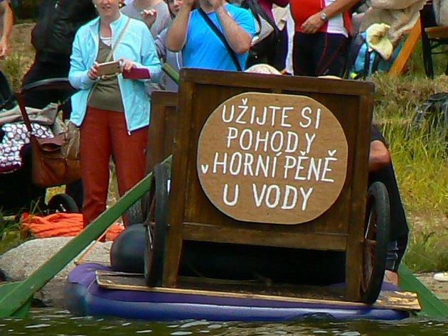 Netradiční plavidla se vydala na hladinu rybníku Dřevo.
