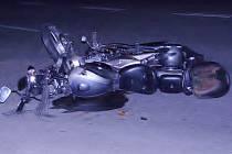 Pohled na zdemolovanou motorku po nehodě na výpadovce z Jindřichova Hradce na Pelhřimov.