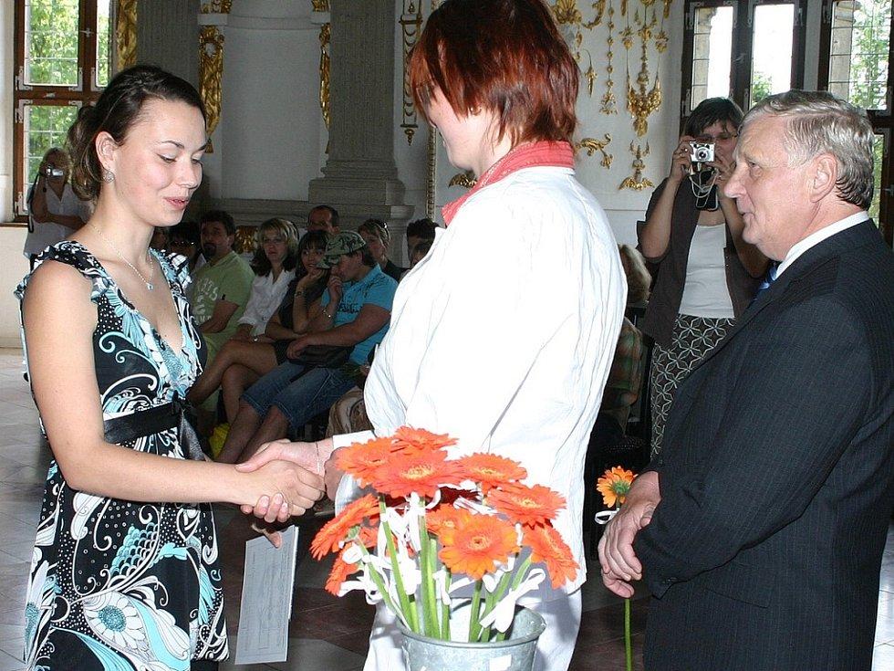 Studenti čtvrtých ročníků střední zdravotnické školy v J. Hradci převzali vysvědčení.