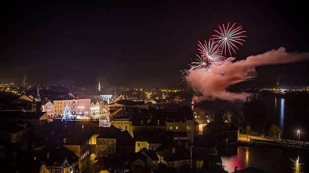 Pohled na vítání nového roku z Černé věže v hradozámeckém areálu v Jindřichově Hradci.