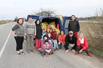 Desetičlenný divadelní tým sesbíral z 200 metrů dlouhého úseku u benziny ve Stráži nad Nežárkou neuvěřitelných 19 pytlů odpadu.