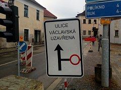 Uzavírka ve Václavské ulici komplikuje provoz řidičům i chodcům.