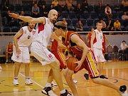 Můj dům, můj hrad. To by  si  jistě před víkendovými prvoligovými boji přáli jindřichohradečtí basketbalisté Vojtěch Synáček (vlevo) a Tomáš Šustek.