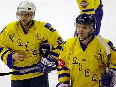 Hokejový Vajgar dnes odstartuje domácím utkáním s HC Řisuty (18 hodin) vyřazovací boje ve II. lize. Cílem klubu je postup do čtvrtfinále a spoléhat při tom bude především na dva nejzkušenější útočníky týmu Aleše Skokana (vlevo) a Jiřího Cmunta.