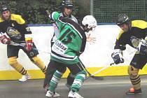 Hokejbalisté Suchdola nad Lužnicí zatím ve druhé lize nenašli přemožitele. V posledním utkání si hladce poradili s českobudějovickým Pedagogem, nad nímž zvítězili 7:0. Na snímku z tohoto duelu bojuje suchdolský Marek Apfelthaler (vpravo).