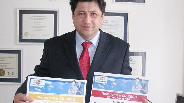 Ředitel jindřichohradecké nemocnice Jan Mlčák ukazuje ocenění.