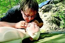 První pomoc - umělé dýchání z úst do úst. Ilustrační foto.