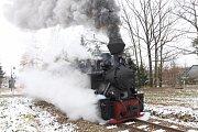 Parní lokomotiva Jindřichohradeckých místních drah dopravila cestující z hradeckého nádraží do Hůrek na mikulášskou besídku.