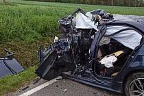 Po nárazu do stromu zemřel v sobotu 22. května ráno nedaleko Lipové u Volfířova na Jindřichohradecku řidič narozený v roce 1998.