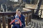 Mladá žena chodí ráda v okolí obce Klec na Třeboňsku na borůvky. Doprovází ji i členové rodiny.