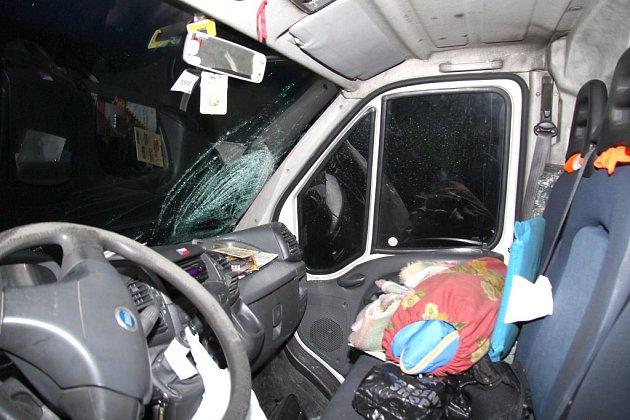Tragická nehoda u Jarošova nad Nežárkou, kdy zemřel chodec po střetu s dodávkou.