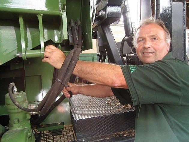 Karel Kubát (na snímku) je s novým štěpkovačem, který obec pořídila pro zpracování odpadového dřeva ve své centrální kotelně, spokojený. Kabinu, odkud celý stroj obsluhuje, opustí pouze, pokud je třeba  řídit jej zvenku nebo při údržbě.