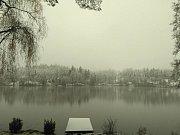Ratmírovský rybník a lesy kolem něj jsou pod sněhem.