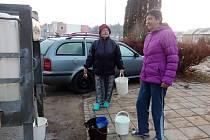 V části Sídliště Vajgar v Jindřichově Hradci lidé musejí chodit pro vodu k cisternám kvůli havárii vody.