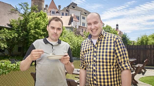 KLUCI V AKCI. Oblíbení kuchaři Filip Sajler a Ondřej Slanina natáčeli nové díly svého pořadu Kluci v akci v Jindřichově Hradci v Penzionu pod zámkem a také na Červené Lhotě.
