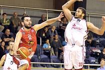 Křídelní hráč Lions Roman Zachrla (vlevo).