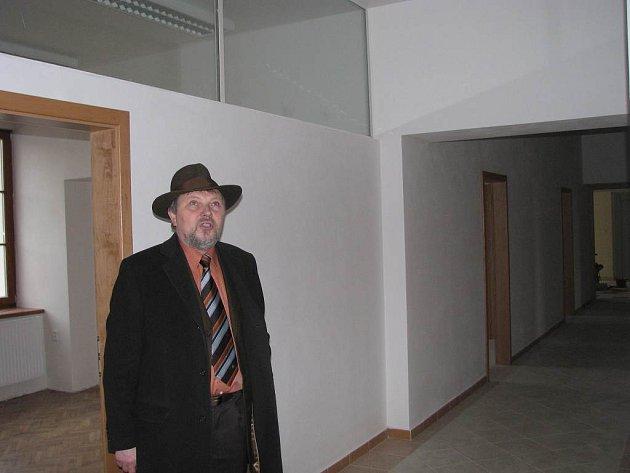 Rekonstrukce třeboňských kasáren a jejich přeměna na úřad notně pokročila. Podívat se přišel i starosta města Jan Váňa.