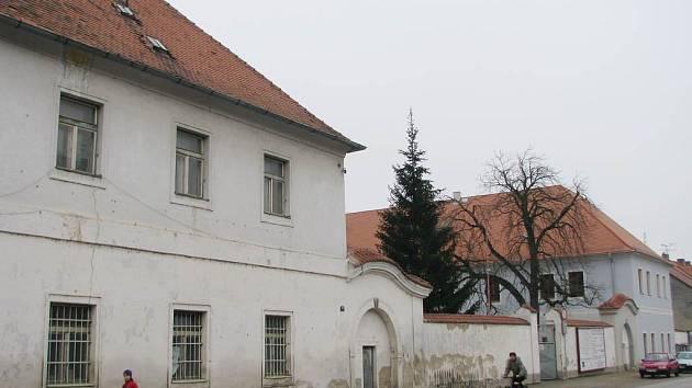 Rekonstrukce třeboňských kasáren a jejich přeměna na úřad notně pokročila.