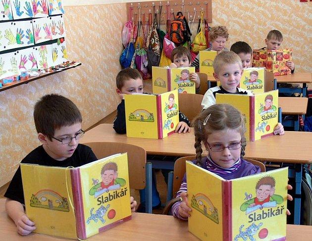 Děti z 1. základní školy v Jindřichově Hradci při hodině češtiny.