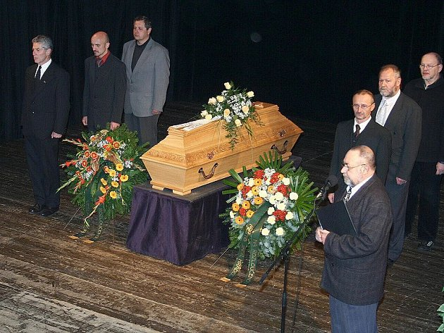 Za Divadelní společnost Jablonský  se rozloučil Pavel Prudil (na snímku vpravo).