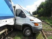 Osobní vlak na novobystřické úzkokolejce u Jindřiše před sebou hrnul osobní auto několik desítek metrů.