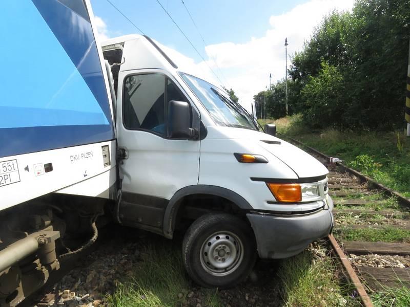 Na železničním přejezdu u Velkého Ratmírova u J. Hradce se srazila dodávka s osobním vlakem.