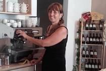 Hana Vejborová provozuje kavárnu Kafíčko v Kunžaku na Jindřichohradecku. Teď má výdejové okénko zavřené. Otevírá  ho jen krátce pro stálé hosty.