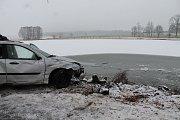 V noci na čtvrtek z neznámých důvodů auto skončilo v rybníce v obci Vydří na Jindřichohradecku. Řidič na následky zranění zemřel.