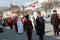Vítání jara v podobě vynášení smrtky v neděli v Jindřichově Hradci.